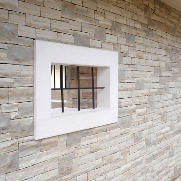 Steinverkleidung und die Fenster - White Essence