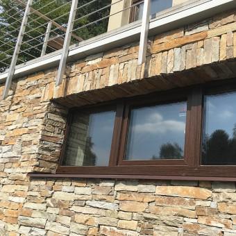 Steinverkleidung und die Fenster - Modern Rustic